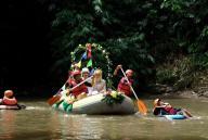 Photo of زفاف على ضفاف نهر إندونيسي بعد تنظيفه