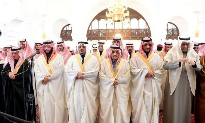 Photo of أمير الرياض يؤدي صلاة الميت على سعود الهلال