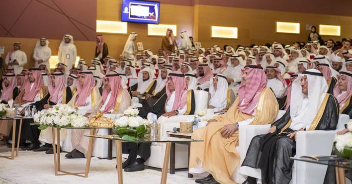 Photo of الأمير مقرن يرعى حفل تخريج الدفعة الأولى من حملة البكالوريوس بجامعة الأمير مقرن بالمدينة