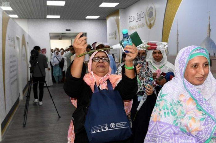 Photo of وصول 442 حاجًّا وحاجة من باكستان ضمن مبادرة طريق مكة إلى المدينة