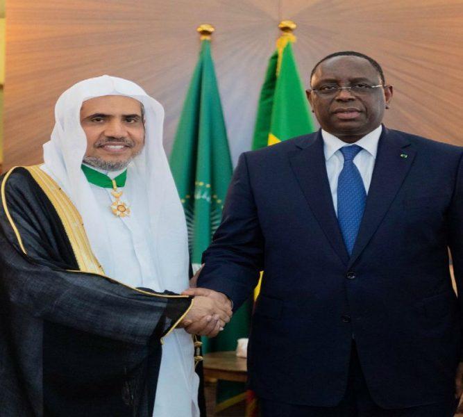 """Photo of تقديراً لجهوده العالمية في نشر الاعتدال .. """"رئيس السنغال"""" يقلّد """"العيسى"""" وسام الدولة"""