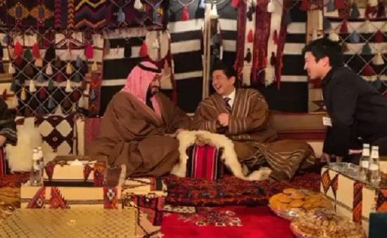 Photo of #شاهد.. #ولي_العهد يستضيف رئيس #الوزراء #الياباني داخل خيمته