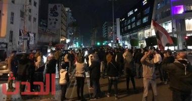 Photo of #فيديو.. متظاهرون لبنانيون يحطمون المحال التجارية بوسط #بيروت