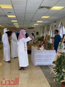 جولة الأسر في المعرض الخاص بأعمال المرضى